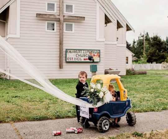 малыш с машинкой