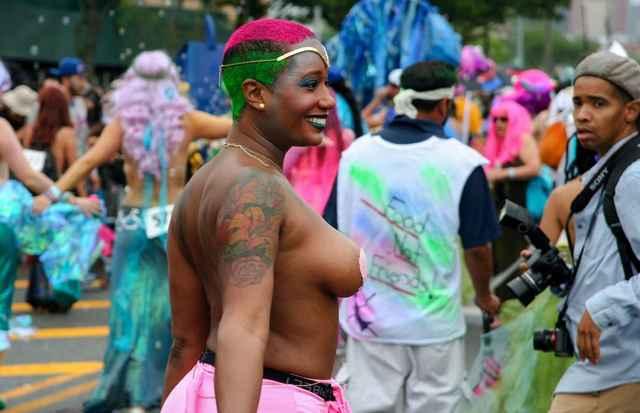 парад русалок в Бруклине