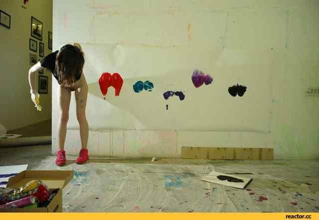 Современное-искусство-жопа-девушка-песочница-1127883