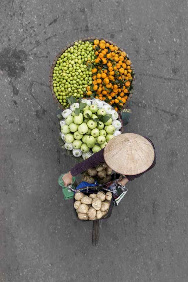 вид сверху на продавцов фруктов