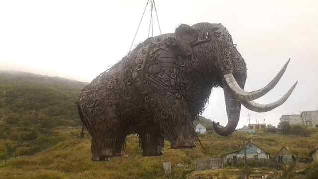 необычная скульптура мамонта в магадане
