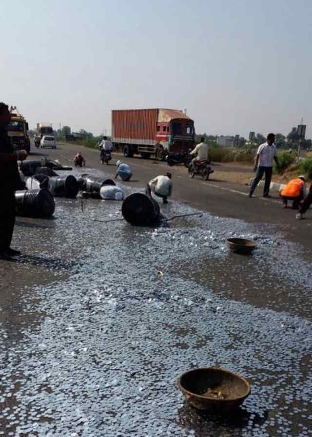 перевернулся грузовик с 20 миллионами рупий