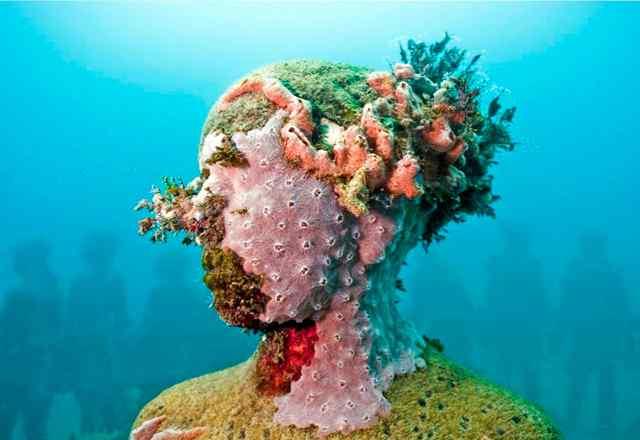 статуи под водой