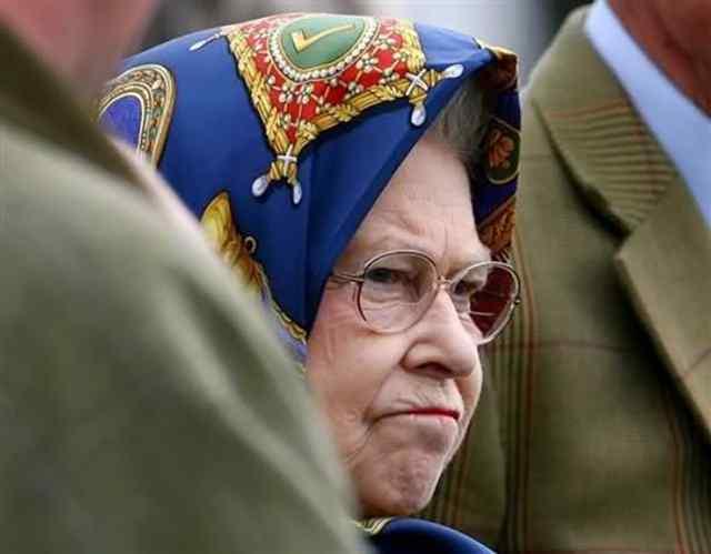 королева в смешных шлаяпках