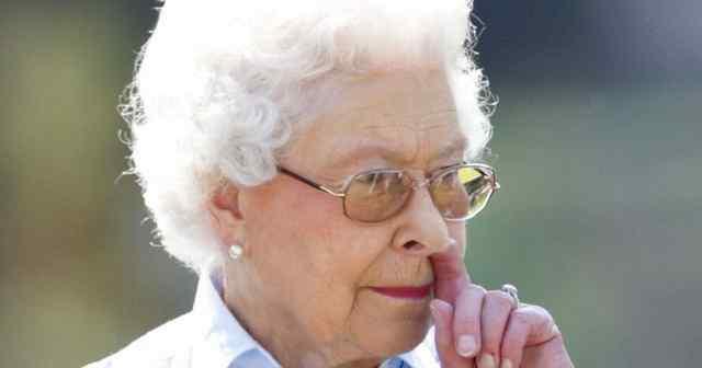 королева ковыряет в носу