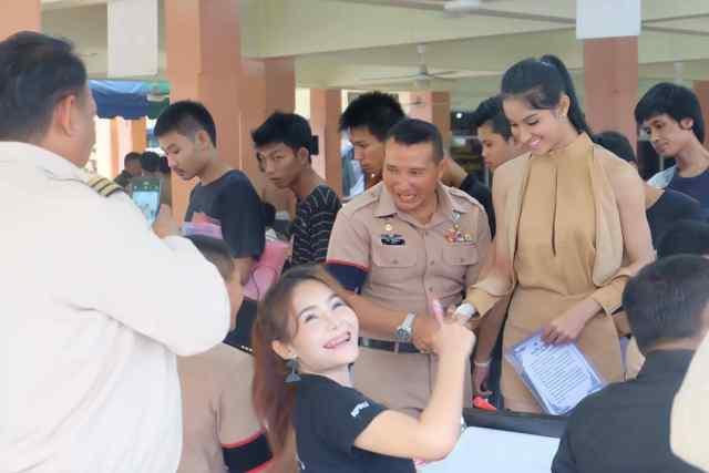 Весений призыв в армию Таиланда. Lady boy. Miss Mimosa Queen Thailand 2015 Надия «Патта» Вирунтанакид на призывном участке