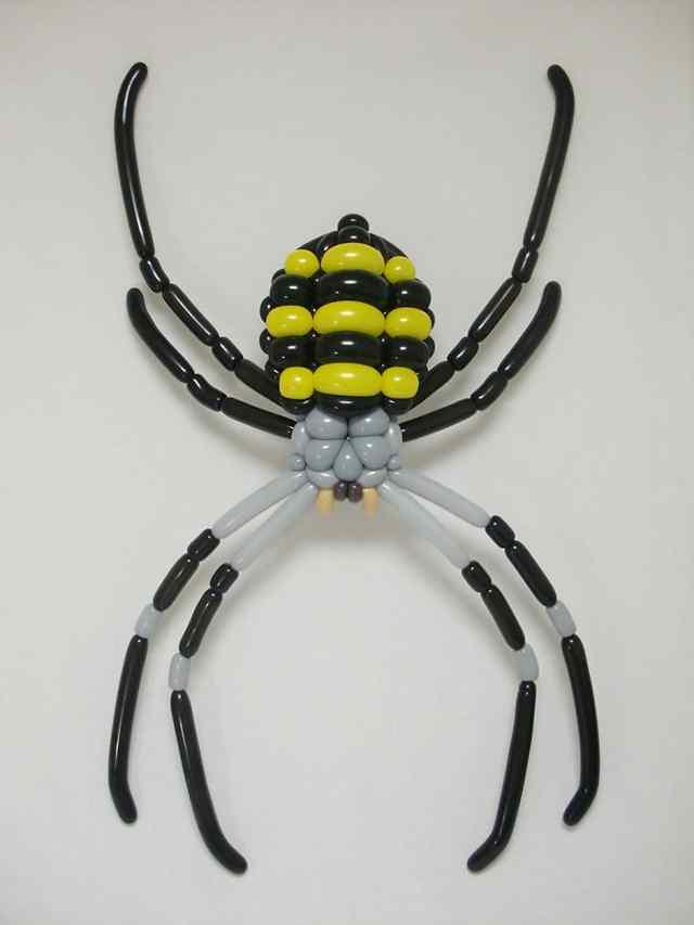 """Каждый хотел бы Японский художник Масаеши Мацумото на их день рождения. Этот замечательный воздушный шар художник уже сделал себе имя , но теперь он вернулся с еще более невероятно сложные скульптуры животных и насекомых. """"Я начал делать эти семь лет назад, я был очень вдохновлен дикой природы фотографии и хотел увидеть, если я мог бы создать реалистичные животные моего собственного,"""" Мацумото сказал метро. Его произведения берут художник-самоучка не менее двух часов и более сложный проект длиться до шести. Все его работы становится еще более потрясающая, когда понимаешь, что Мацумото не использовать маркеры, наклейки или любой другой дополнительный материал. Когда-нибудь. Его разноцветные животный мир сделан чисто из дул и кружил шары."""