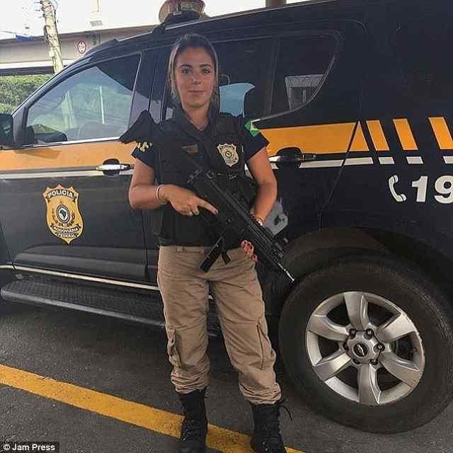 Бразильский полицейский в бикини. Мария Аг.