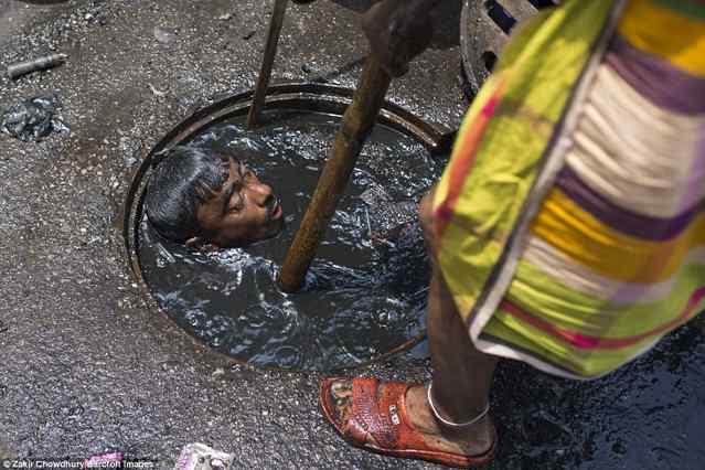 худшая работа в мире: Бангладеш уборщик канализаций и погружаться в жидкую грязь