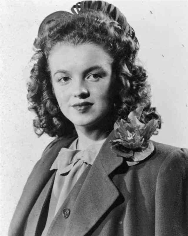 Норма Джин Мортенсон в 14 лет. После того, как ее тетя Ана заболела, норма Джин переехала жить с семьей Годдард. Она жила там раньше, но покинул их дом, когда ей было 11 лет, когда ее опекун, Эрвин Годдард, приставал к ней (1940)