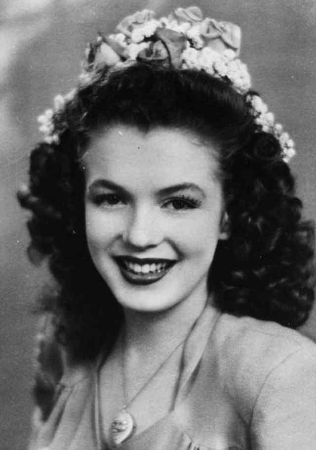 Норма Джин Мортенсон как 15-летняя королева красоты.(1941г)