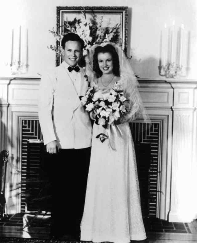 В возрасте 16 лет, норма Джин Мортенсон вышла замуж за Джеймса Догерти (19 июня 1942 года)