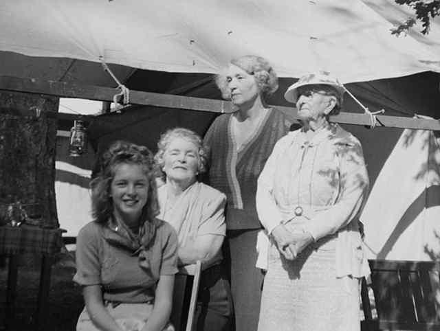 норма Джин Мортенсон, проживающим в доме ее тети Аны. Тетя Анна была одной из многих домов она будет жить в ее трудном детстве, как сирота (1938)