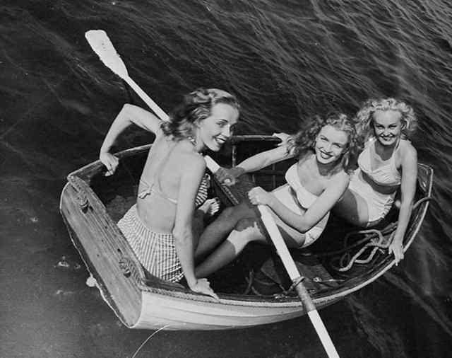 Подростком норма Джин Мортенсон (в центре) и ее друзья в лодке (1941)