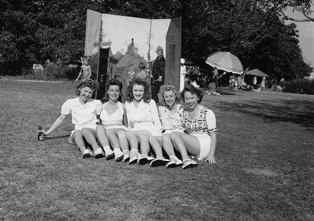 Подростком норма Джин Мортенсон (в центре) на гулянье с группой друзей (1941)