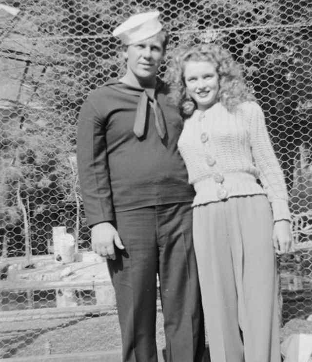 Джеймс Догерти, сейчас в торговом флоте, позирует с женой за пределами лагеря. После того, как он присоединился к торговому флоту, супруги становились все более далекими. В 1944 году, он будет отправлен на Тихий океан. С тех пор, они будут редко видеть друг друга (1943)